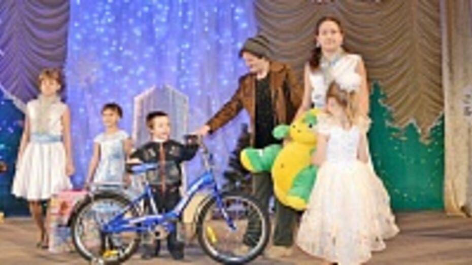 Грибановские предприниматели сделали детям рождественские подарки