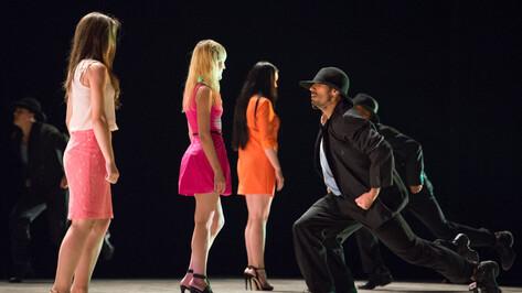 На спектакле Deca Dance в Воронеже танцоры падали на сцене и приглашали зрителей на танец