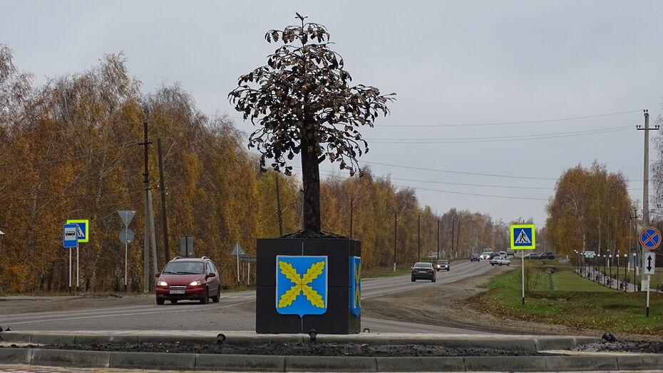 В поселке Хохольский установили металлический дуб за 1 млн рублей