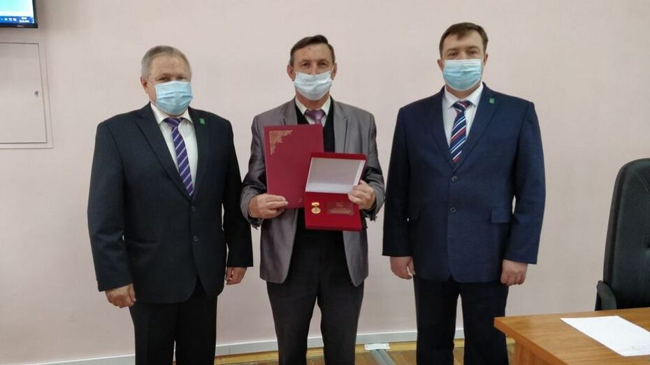 Главу Мазурского поселения Поворинского района отметили за добросовестную службу области