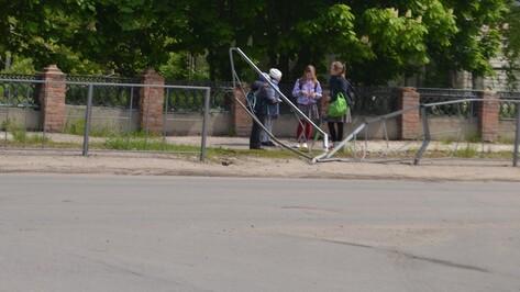 В Ольховатке неизвестный сбил ограждение возле школы