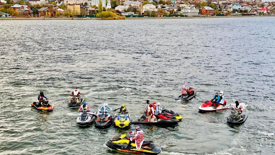Деды Морозы и Снегурочки на гидроциклах прокатились по Воронежскому водохранилищу