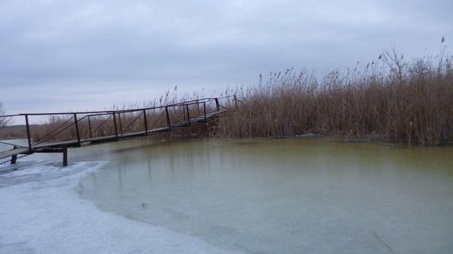 В Кантемировке глава сельского поселения вместе с жителями отремонтировал аварийный мост
