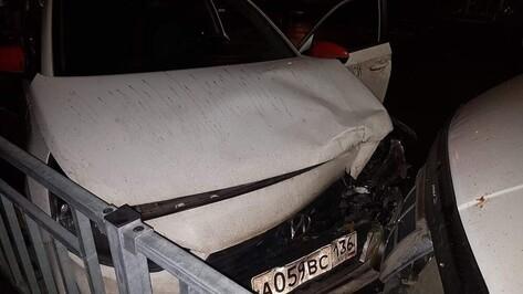 Компания воронежцев напала на таксиста и устроила ДТП на угнанной машине
