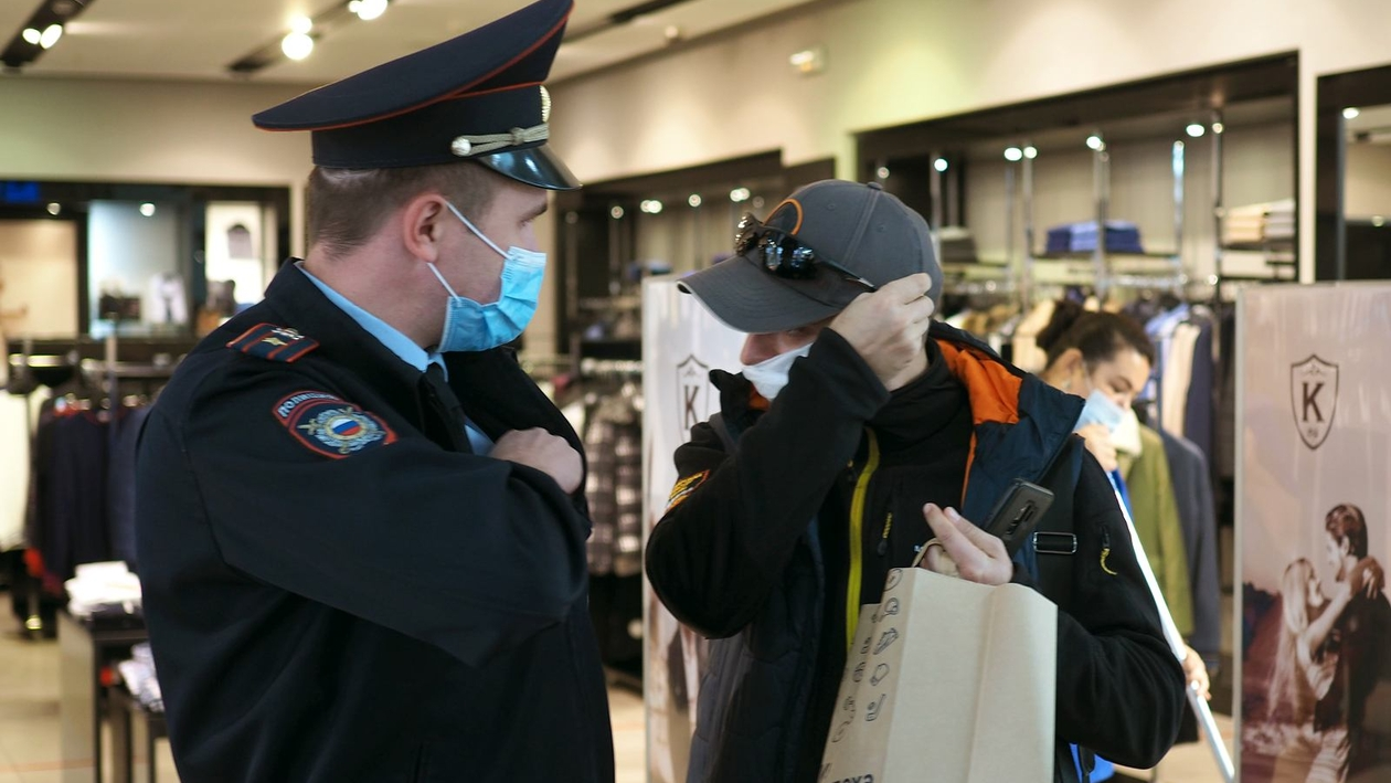Фейсконтроль. Полицейские провели антиковидный рейд в ТРЦ под Воронежем