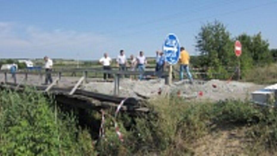 В бутурлиновском селе из-за груженного гранитным отсевом грузовика треснул деревянный мост