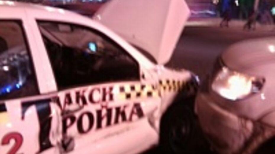 В Воронеже рядом с площадью Ленина столкнулись две легковушки
