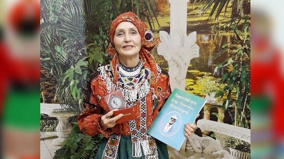 Заведующую сельским музеем Бутурлиновского района наградили за сохранение народных костюмов