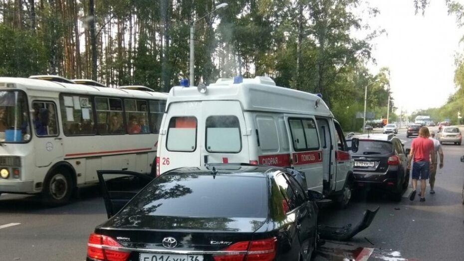 В Воронеже столкнулись «скорая» и 3 иномарки: пострадали водитель Toyota Camry и фельдшер