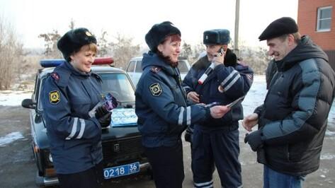 В Новоусманском районе сотрудницы ГИБДД поздравили мужчин с Днем защитника Отечества