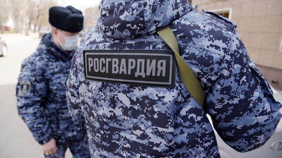 Работа Росгвардии в центре Воронежа привлекла внимание горожан