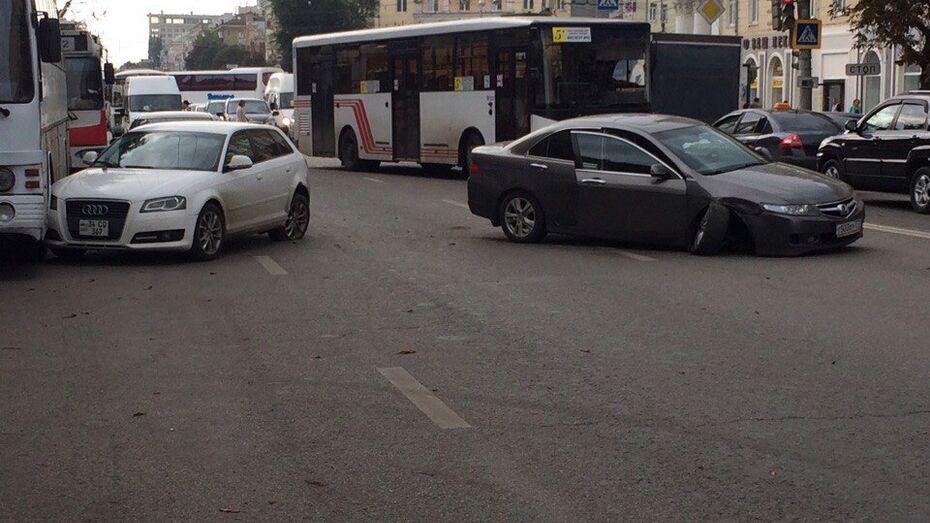 Центр Воронежа встал в пробке из-за аварии с пассажирским автобусом