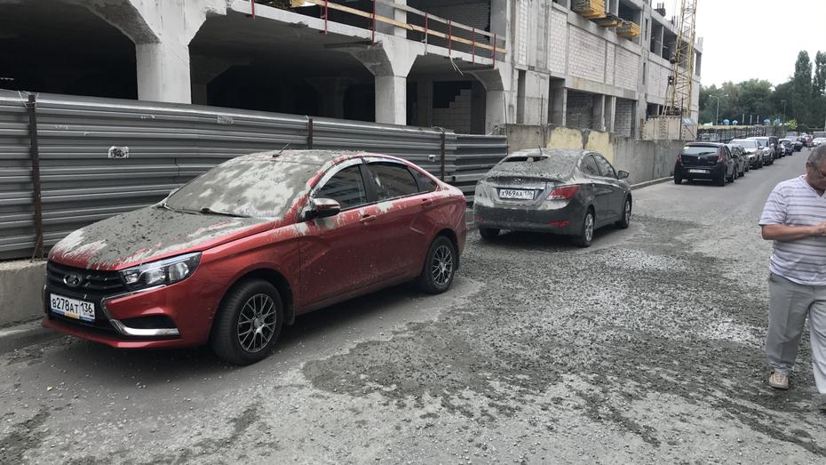 Бетонная масса обрушилась на припаркованные автомобили в Воронеже