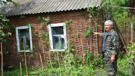 Поворинский пенсионер украсил дворовые постройки плетнем