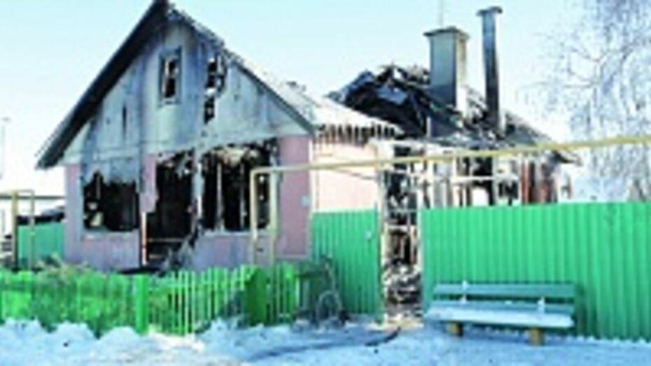 В Бобровском районе при пожаре в частном доме пострадали четыре человека