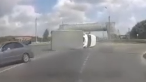Под Воронежем на видео попал момент ДТП с перевернувшимся грузовиком
