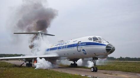 В воронежском аэропорту отработали тушение попавшего в аварию самолета