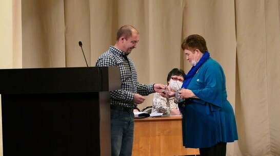 В Боброве боевую медаль деда-фронтовика вручили его внучке спустя 75 лет
