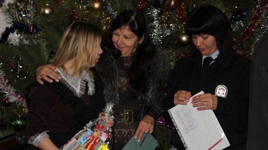 Кантемировский полицейский Дед Мороз поздравил сирот в Богучаре