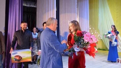 В Семилуках в конкурсе красоты победила сотрудница службы занятости
