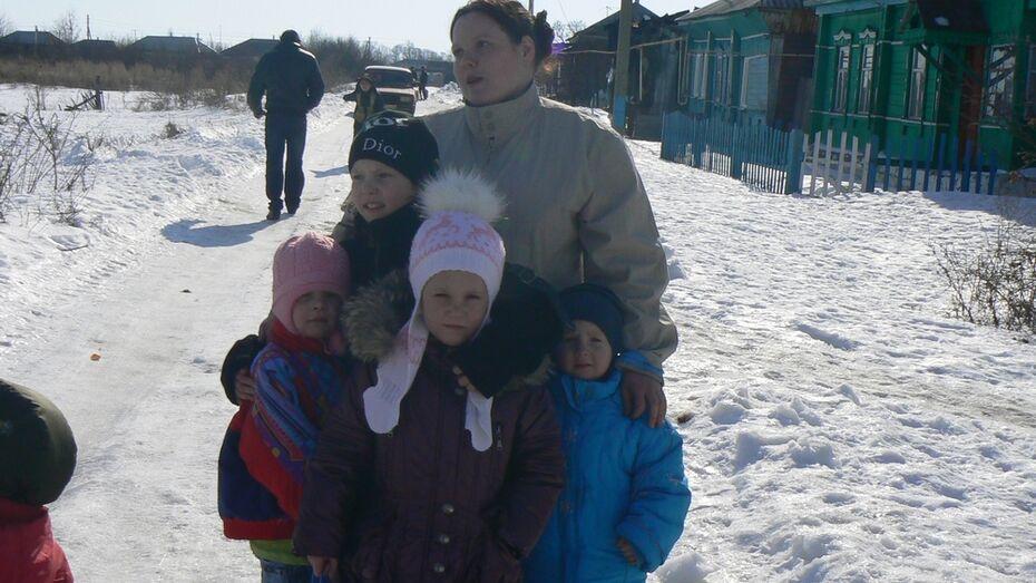 В Борисоглебске четырехлетняя девочка вынесла из горящего дома семимесячную сестру