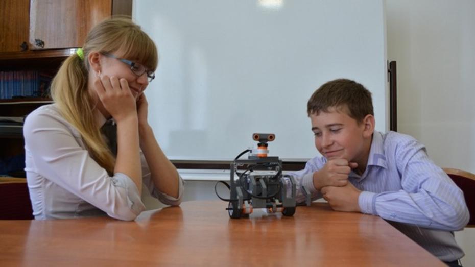 Ученики калачеевской гимназии создали робота-исследователя и робота-врача