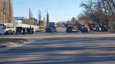 В Воронеже в столкновении иномарок на улице Ростовской пострадали 2 человека