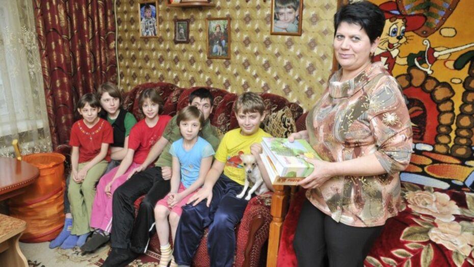 В Воронежской области увеличат выплаты приемным родителям, опекунам и патронарным семьям