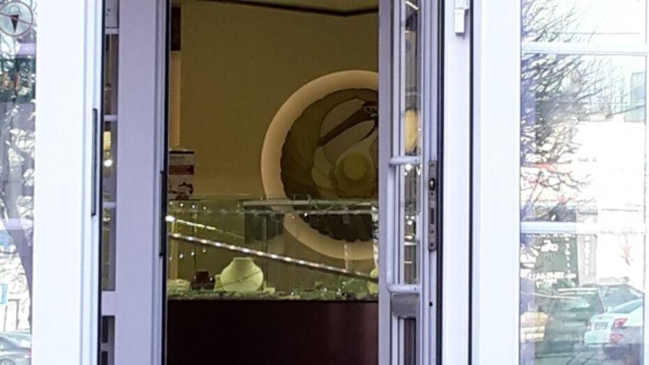 Воронежская полиция: в ювелирный салон неизвестные ворвались с пистолетами