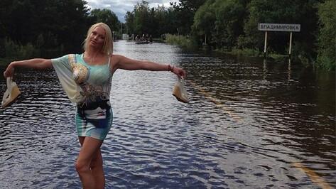 Анастасия Волочкова устроила фотосессию на фоне наводнения в Амурской области