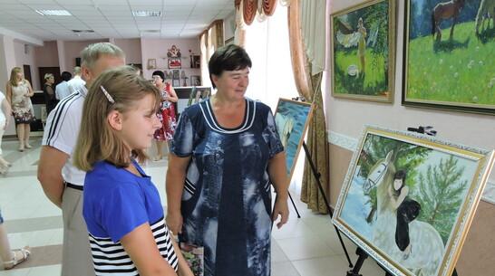 В Кантемировке открыли выставку картин местной художницы