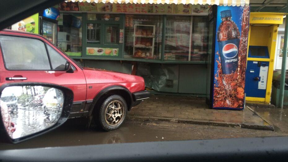 В Воронеже иномарка врезалась в киоск быстрого питания