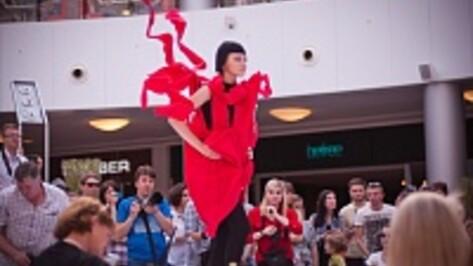 На «Губернском стиле» в Воронеже молодые дизайнеры показали бородатых женщин и мужчин в юбках