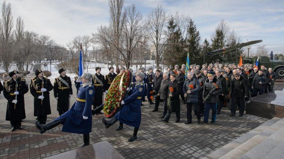 В Воронеже в День защитника Отечества возложили венки к стеле «Город воинской славы»