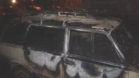 На улице 9 Января в Воронеже неизвестные сожгли «ВАЗ»