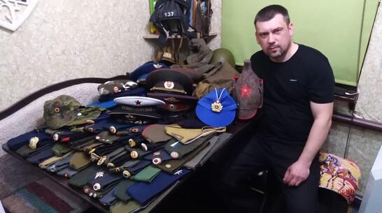 Подгоренец собрал коллекцию головных уборов разных родов войск