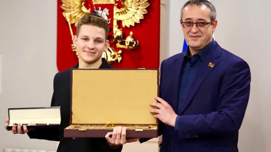 В Мосгордуме наградили школьника, который спас пассажира самолета в Воронеже