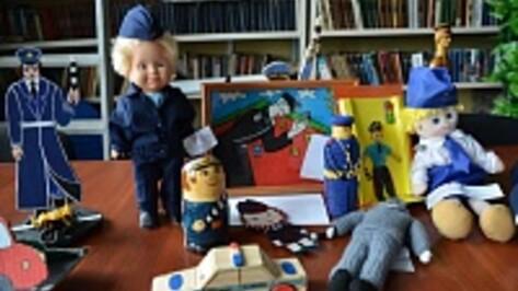 Дети изобразили воронежских полицейских в виде матрешки, пупса и бумажной куклы Маши