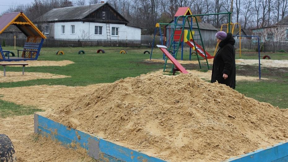 Жители таловского хутора Новенький построили детскую площадку