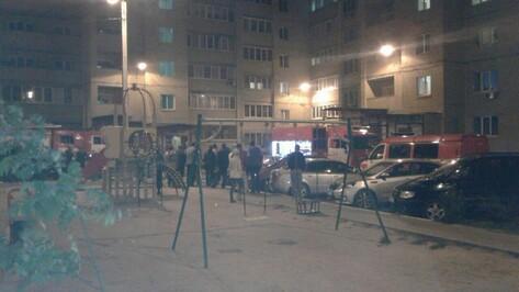 МЧС направило 7 машин на тушение пожара на Комсомольской в Воронеже