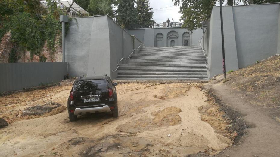 Коммунальная авария превратила в арт-объект лестницу за площадью Победы в Воронеже