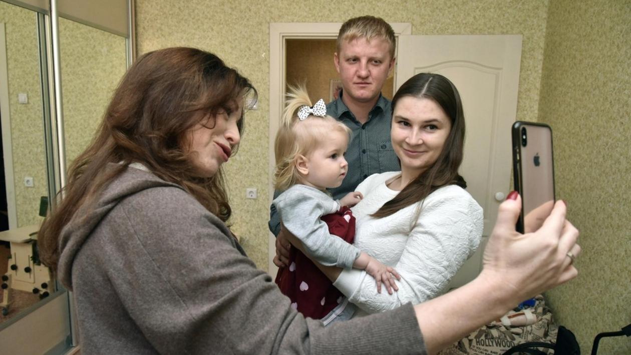 «Какая куколка!» Актриса Алена Хмельницкая навестила воронежскую девочку со СМА