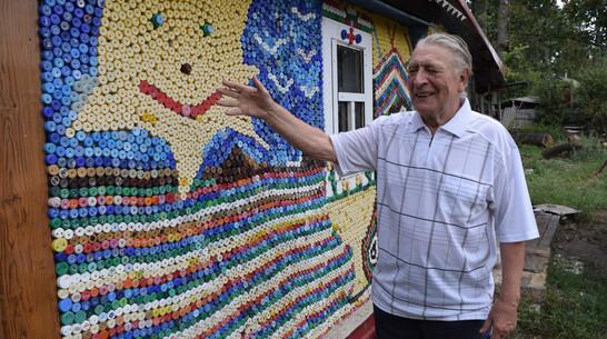Дешево и красиво. Воронежский проектировщик в 85 лет создает мозаичные панно из пробок