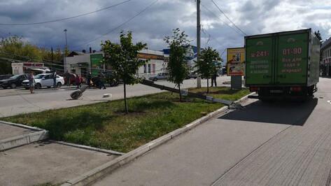 В центре поселка Подгоренский водитель грузовика сбил электрический столб