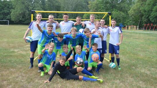 Активисты павловского села Воронцовка получили форму и инвентарь для занятий футболом