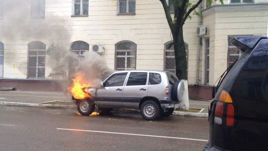 В центре Воронежа загорелась «Шевроле Нива»