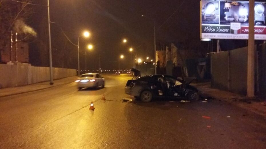 В Воронеже иномарка врезалась в фонарный столб: погиб водитель