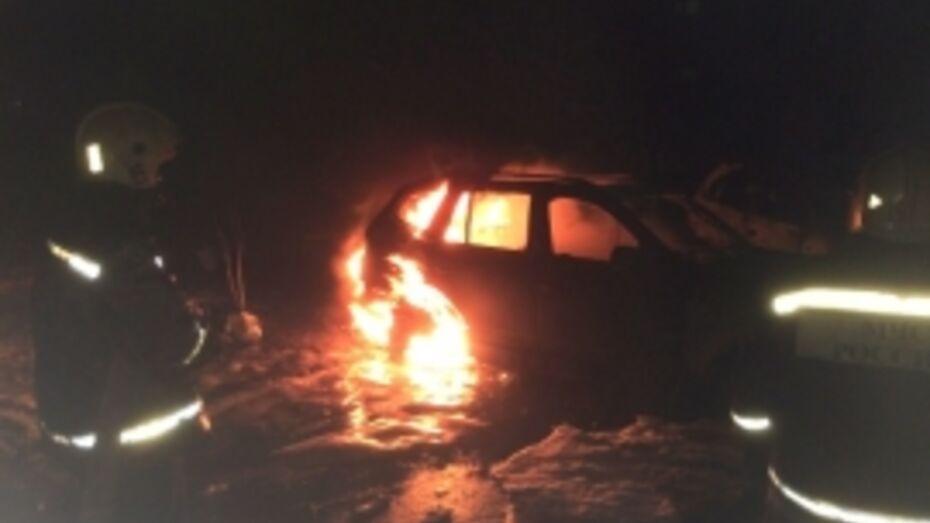 В Северном микрорайоне Воронежа сгорели BMW и Nissan