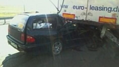 В Воронежской области Mercedes-Benz врезался в фуру: 2 человека погибли, 2 ранены