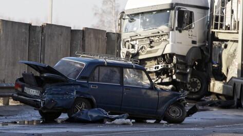 В жуткой аварии под Воронежем водитель фуры отделался царапинами